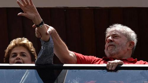 Lula da Silva fue el padrino político de Dilma Rousseff, quien ahora lo nombra Ministro de la Presidencia, lo que le da inmunidad. (Foto: CNN)