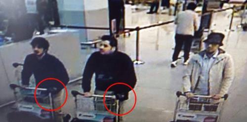 Según las autoridades el guante que llevan los sospechosos podría haber servido para ocultar los detonadores de explosivos. (Foto: Telesur)