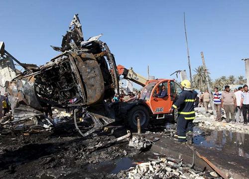 Autoridades remueven los restos de un vehículo luego de la explosión. (Foto: RT)