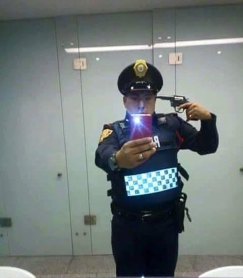 El policía se tomó la foto mientras estaba trabajando. (Foto: @ElInformanteMX/Twitter)