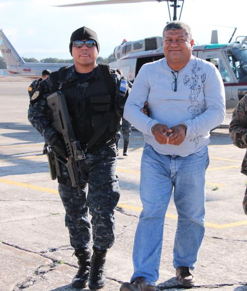 Walter Obdulio Mendoza Matta, durante el traslado a la capital tras su captura en Izabal. (Foto: Archivo)