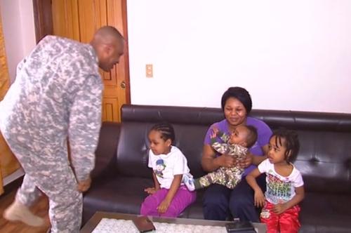 Los niños y la madre agradecieron personalmente a los soldados que le ayudaron. (Foto: CNN)