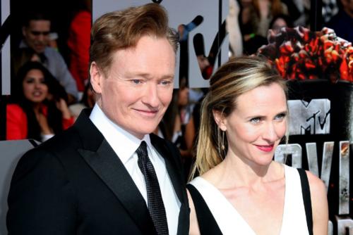 Conan O'Brien y Liza Powel. (Foto: WENN)