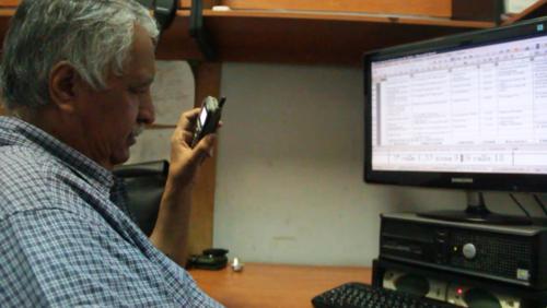 Don Sergio conoce muchas direcciones de la ciudad. Él dice que este conocimiento lo ha desarrollado a base de referencias a través de los años trabajando en el monitoreo de radios de la municipalidad de Guatemala. (Foto: Fredy Hernández/Soy502)