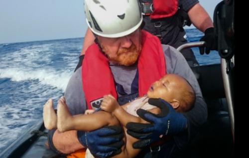 Un bebé murió ahogado durante un naufragio frente a las costas de Libia. (Foto: cnnespanol.cnn.com)