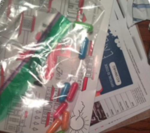 Las pastillas de colores fueron confundidas con drogas. (Foto: @acbanks3/Twitter)