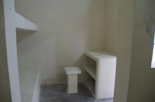 Las celdas cuentan con literas y camas de cemento. (Foto: Mingob)