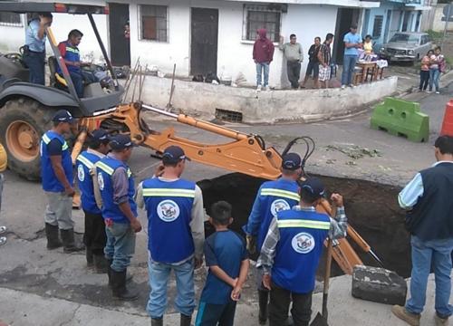 Personal trabaja en reparación de socavamiento en Villa Nueva. (Foto: Twitter/@GudielGerson)