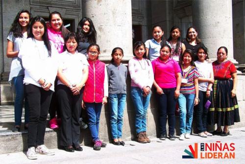 Uno de los grupos que han sido parte de Las Niñas Lideran en el parque central de Quetzaltenango. (Foto: Cortesía)