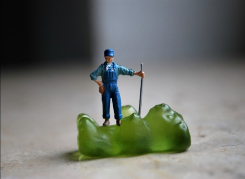 En algunos casos, la fotógrafa busca accesorios pequeños para complementar  los entornos de los diminutos personajes. (Foto: Bettina Guber)