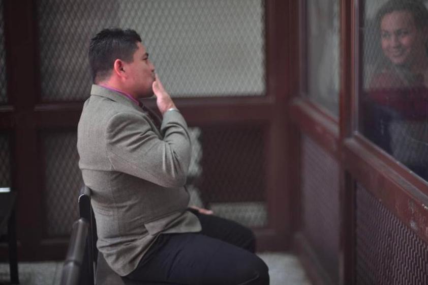 """Marvin Montiel Marín alias """"El Taquero"""" lanza un beso a su esposa durante el juicio donde fue sentenciado por el asesinato de 16 turistas. (Foto: Archivo/Soy502)"""