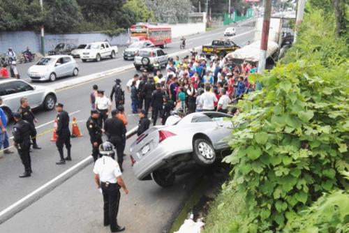 Según autoridades, el piloto del vehículo accidentado en la ruta a El Salvador se conducía a alta velocidad. (Foto: Bomberos Voluntarios)