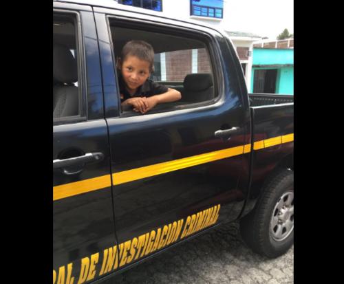 El niño recorrió las calles de la ciudad en una autopatrulla. (Foto: Mingob)