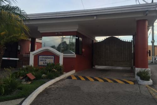 Vista del frente del residencial donde vive la secretaria de Luis Rabbé. (Foto: Soy502)