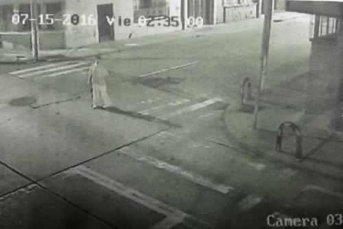 Imágenes de las cámaras de vigilancia captaron al agresor. (Foto: Twitter/@DanielTzoc_eu)