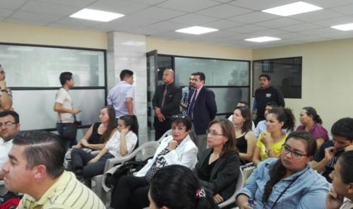 Vernon González se presentó a los Tribunales por un juicio en su contra y durante un receso acompañó a su esposa. (Foto: Marcia Zavala/Soy502)