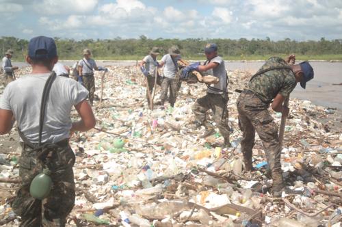 La campaña es apoyada por comunitarios, personal del Ministerio de Defensa y de Ambiente. (Foto: Carlos Cruz/Nuestro Diario)