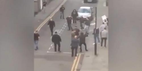 Los aficionados tomaron sillas de la calle y se las lanzaron (Captura de Pantalla)