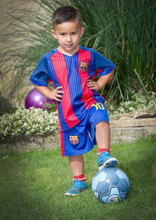 El pequeño Jaxon con su uniforme de Messi y pelota del City (Foto: Daily Mail)