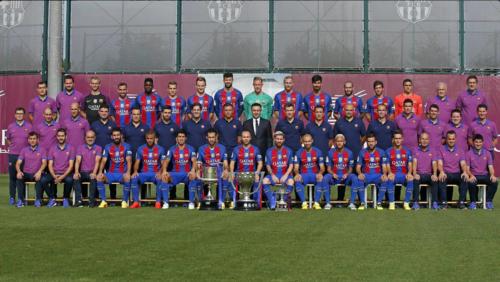 Toda la plantilla, con el cuerpo técnico y la directiva. (Foto: FC Barcelona)