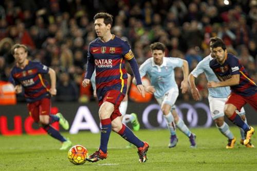 El toque de Messi a un costado, en lugar de rematar al arco. (Imagen: Sport.es)