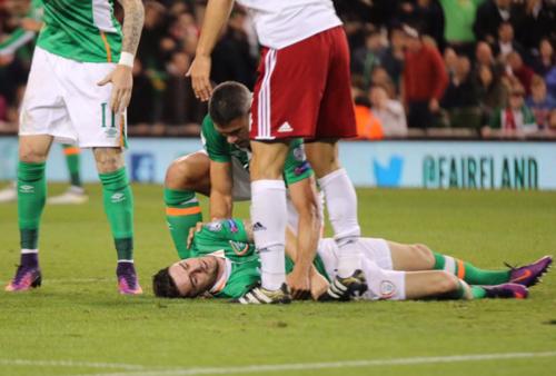 Robbie Brady yace inconsciente sobre el césped. (Foto: BPI)