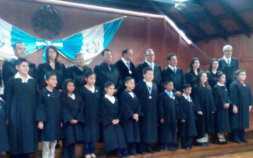 Los trece niños fueron juramentados como magistrados de la CC Infantil. (Foto: Colegio Mixto Belén)