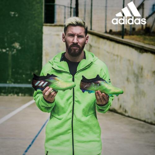Messi aprovechó su descanso obligado para presentar sus nuevas botas.