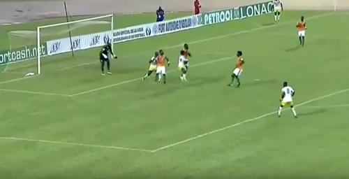 Momento del choque de Moussa Doumbia. (Captura de Pantalla)