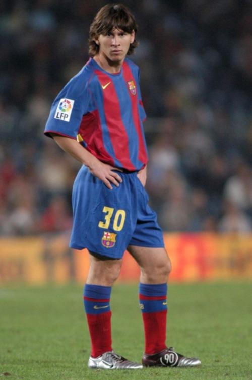 Leo Messi, con el 30. Después usaría el 19 y finalmente llegaría al 10. (Foto: The Sun)
