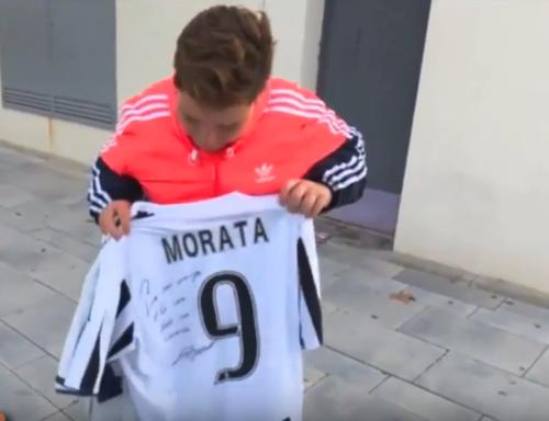 El niño terminó con una camisa de la Juve y otra del Madrid. (Imagen: captura de pantalla)