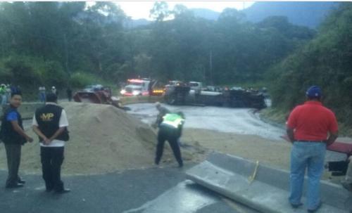 La Policía Municipal de Tránsito de Villa Nueva está a cargo de la limpieza de la ruta. (Foto: PMT de Villa Nueva)