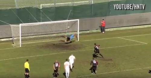 En esta imagen se ve claramente que la pelota entró, y que el árbitro está mirando en esa dirección. (Imagen: captura de pantalla).