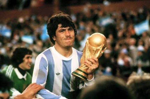 Daniel Passarella, con el trofeo del Mundial 1978. (Foto: Goal.com)