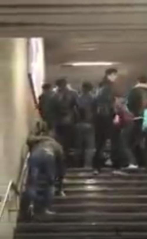 La pelea fue en las escaleras de una estación. (Imagen: captura de pantalla)