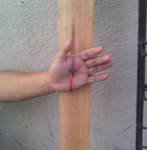 El hombre clavó su mano a un trozo de madera en las afueras del OJ. (Foto: Twitter/@Il_sQualo)