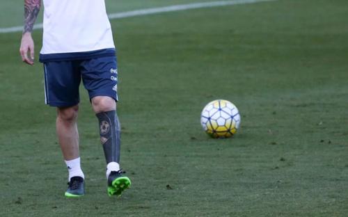 """Así es el tatuaje de Leo después de una """"pequeña"""" modificación. (Foto: AFP)"""