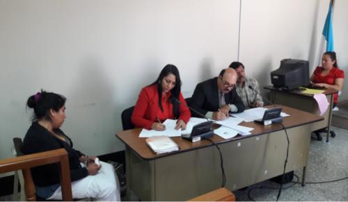 Marciano y Albertina escuchan la declaración de la testigo en el Tribunal Décimo.