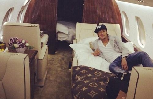 Neymar en la cama que está dentro de su jet (nótese que las sábanas son Louis Vuitton). (Foto: Twitter)
