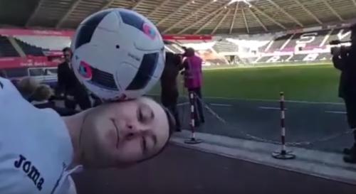 El joven estaba tranquilamente con su pelota... hasta que apareció Mou. (Imagen: captura de pantalla)