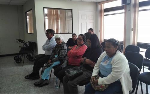 Un grupo de pacientes y familiares acudieron a la audiencia en el Tribunal Noveno. (Foto: Marcia Zavala/Soy502)