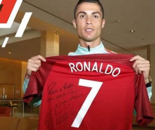 Cristiano enseña la camisa firmada. (Foto: Selecao Portugal)