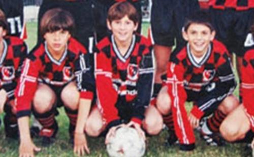 """Leo Messi de pequeño, con la camiseta de Newell's. """"Algún día me gustaría jugar allí"""". (Foto: Sport.es)"""
