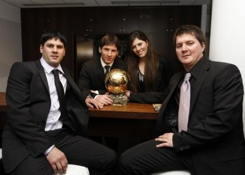 Leo Messi con sus dos hermanos y María Sol, a su lado. (Foto: Sport)