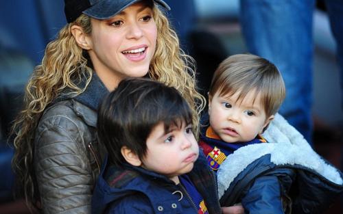 Shakira, con Milan y Sasha en el Camp Nou. (Foto: Sport)