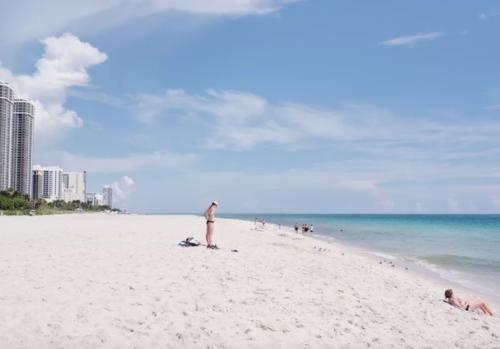 La playa de Miami Beach es muy visitada. (Foto: The Verge)