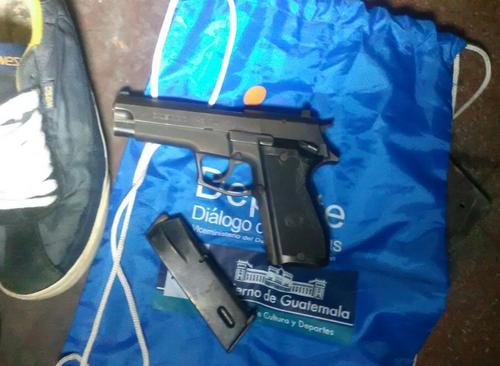 Esta es la pistola con la que se habría atacado a la mujer que caminaba junto a su hijo. (Foto: PNC)