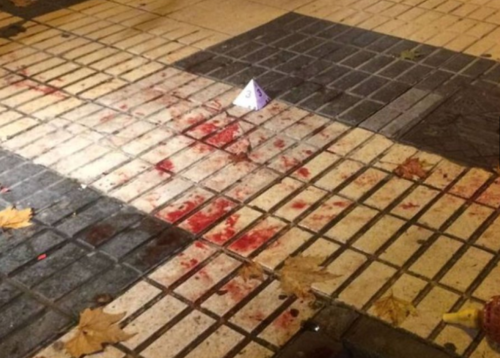 La sangre que quedó en el suelo fuera del restaurante. (Foto: Twitter)