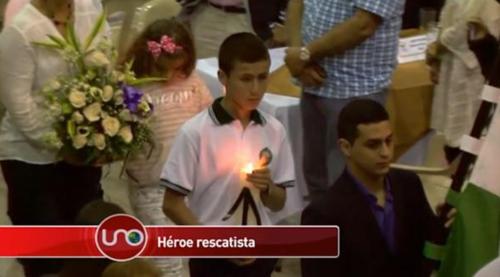 El joven participó en el homenaje a las víctimas. (Imagen: captura de pantalla)