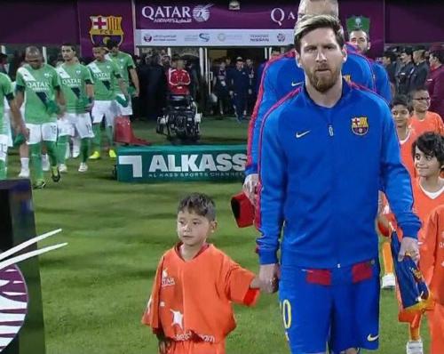 El pequeño salió de la mano de Leo al partido. (Imagen: captura de pantalla)